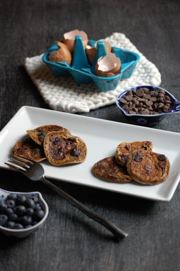 grain-free chocolate chip or blueberry pancakes 01 | sweet betweens