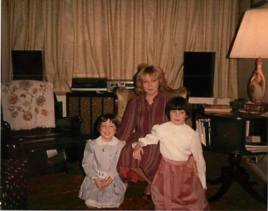 072_1983.12 - Alexandra, Claudia & Mary Frances 01